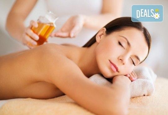 Релакс и здраве! Цялостен 60-минутен масаж с ароматни и билкови етерични масла от жасмин, алое, макадамия и лавандула в новото студио Massage and therapy Freerun! - Снимка 1