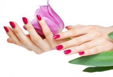 Бъдете изящни и красиви с маникюр с гел лак, 2 декорации и иновативна терапия за нокти по избор в салон Емоция!