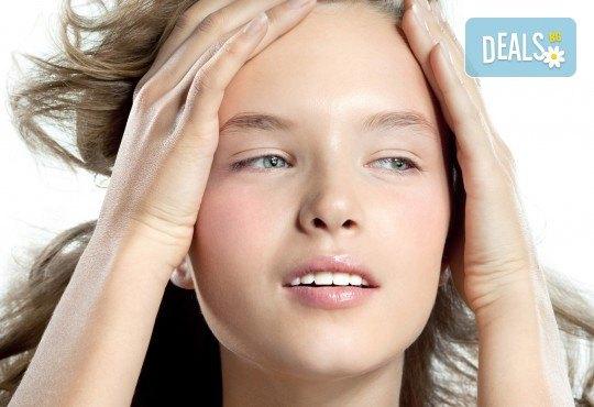 Цялостна грижа за кожата! Мануално почистване на лице, масаж и оформяне на вежди в салон за красота Sassy! - Снимка 1