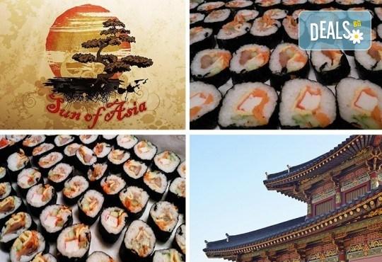 Над 2 кг. корейското суши кимбап в 120 хапки със сьомга, сурими, херинга, морков, краставица, ориз, нори и сусамово олио от Sun of Asia в центъра на София! - Снимка 1