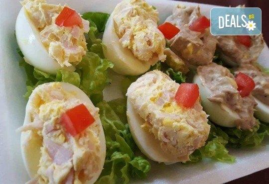 Плато 30 броя богато фаршировани яйца асорти (две плънки) за семейни празници или почерпка в офиса от Кетъринг Rock Land! - Снимка 2