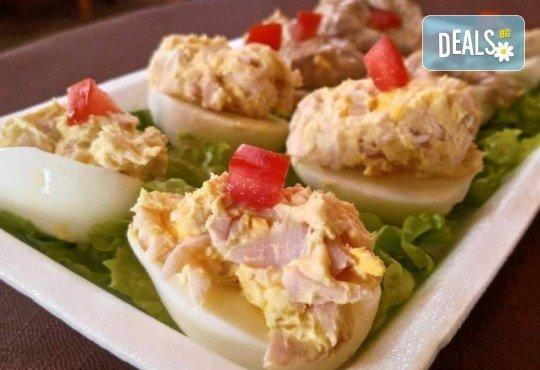 Плато 30 броя богато фаршировани яйца асорти (две плънки) за семейни празници или почерпка в офиса от Кетъринг Rock Land! - Снимка 1