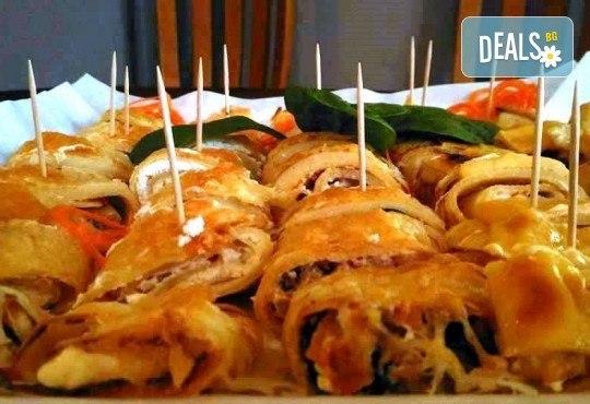 1.100 кг плато палачинкови пънчета с 40 хапки асорти със свинско бон филе, пилешко бон филе, сьомга, маслини, сирене Philadelphia, синьо сирене и кашкавал от Кетъринг Rock Land! - Снимка 2