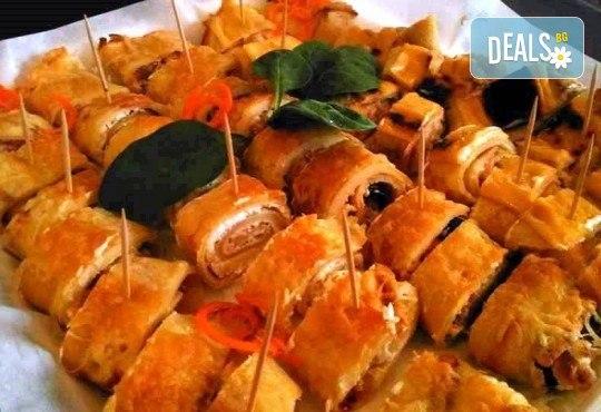 1.100 кг плато палачинкови пънчета с 40 хапки асорти със свинско бон филе, пилешко бон филе, сьомга, маслини, сирене Philadelphia, синьо сирене и кашкавал от Кетъринг Rock Land! - Снимка 1