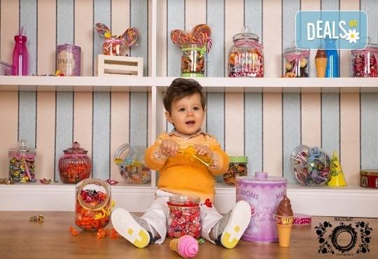 Забавление за цялото семейство, запечатано с много усмивки! Професионална фотосесия в бутиково студио Nicole Photography! - Снимка 2