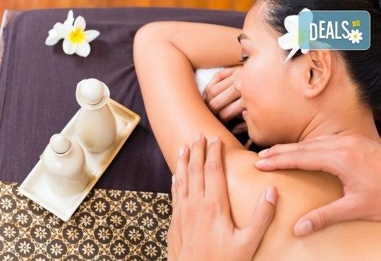 Болкоуспокояващ масаж с топли билкови торбички при масажист рехабилитатор в новото масажно студио Massage and therapy Freerun! - Снимка 2