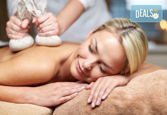 Болкоуспокояващ масаж с топли билкови торбички при масажист рехабилитатор в новото масажно студио Massage and therapy Freerun! - Снимка 1