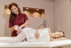 5 процедури антицелулитни мануални и апаратни масажа с вибромасажор на цели крака и седалище в салон Bellissima Donna - Снимка