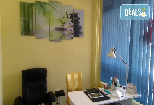 Козметичен педикюр с гел лак на SNB и две декорации в салон Bellissima Donna - Снимка 7