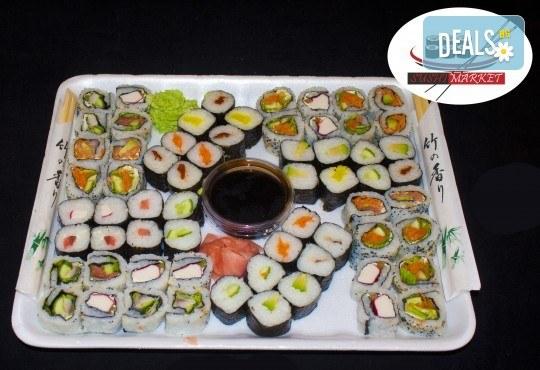 Апетитен суши сет от 64 суши хапки с пушена сьомга, филаделфия, бяла и розова херинга, възможност за доставка от Sushi Market! - Снимка 1
