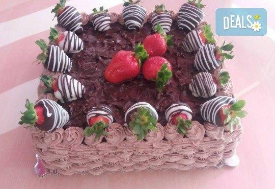 Класическо вкусно изкушение - торта с течен шоколад и пресни ягоди от сладкарница Черешка - Снимка 2