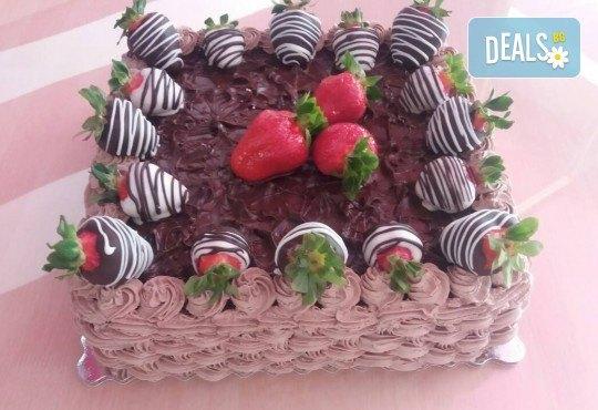 Класическо вкусно изкушение - торта с течен шоколад и пресни ягоди от сладкарница Черешка - Снимка 1