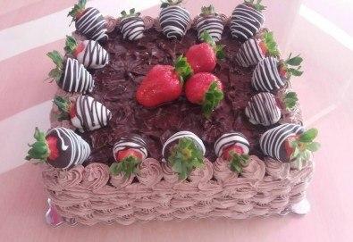 Класическо вкусно изкушение - торта с течен шоколад и пресни ягоди от сладкарница Черешка - Снимка