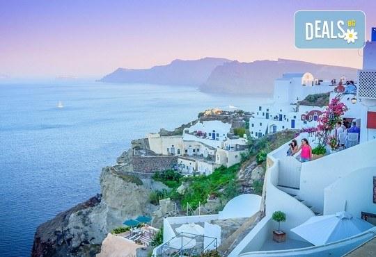 Почивка на остров Санторини през септември - перлата на Егейско море! 4 нощувки със закуски, едната в Атина, транспорт, фериботни такси и билети! - Снимка 2