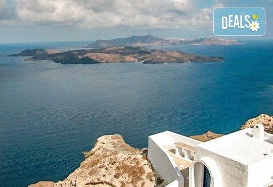 Почивка на остров Санторини през септември - перлата на Егейско море! 4 нощувки със закуски, едната в Атина, транспорт, фериботни такси и билети! - Снимка 6