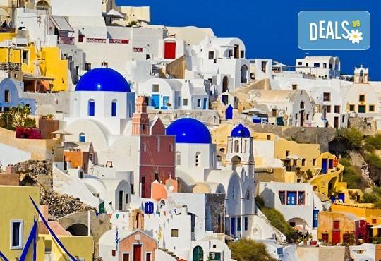 Романтична приказка на вулканичния о. Санторини, Гърция! 4 нощувки със закуски, едната, от които в Атина, транспорт и водач от Данна Холидейз - Снимка 3