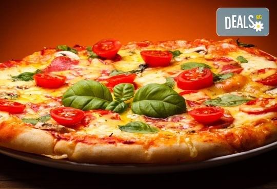Обяд или вечеря в Ресторанти Златна круша! Две големи тънки пици или три малки тънки пици - Снимка 1