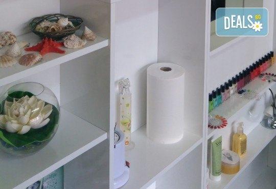 Козметичен педикюр с гел лак на SNB и две декорации в салон Bellissima Donna - Снимка 4