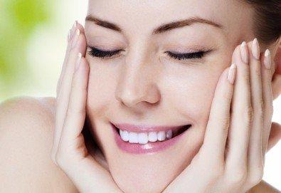 Почистване на лице с ултразвук, ампула хиалуронова киселина, масаж и бонус-почистване на вежди в Beauty Studio Flash G! - Снимка