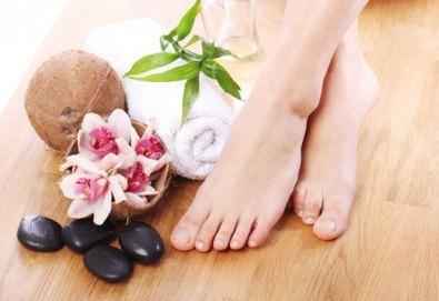 Лазерно лечение на гъбички по ноктите от дерматолог в салон за красота Make Trix! - Снимка