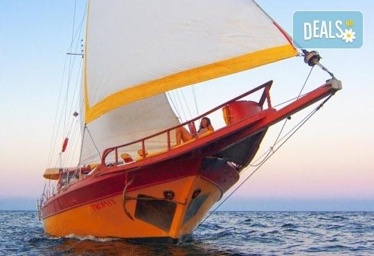 Яхта Трофи Ви очаква в Созопол! Два часа морска разходка по залез слънце в красивите заливи около Созопол на страхотна цена! - Снимка 3