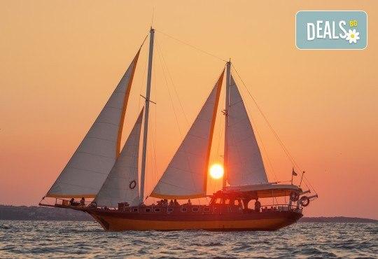 Яхта Трофи Ви очаква в Созопол! Два часа морска разходка по залез слънце в красивите заливи около Созопол на страхотна цена! - Снимка 1