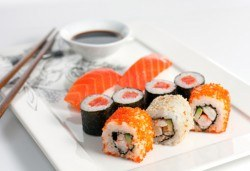 Суши сет с 30 хапки: футомаки, сьомга, уакаме, филаделфия, авокадо, уасаби и соев сос от Club Gramophone - Sushi Zone! - Снимка
