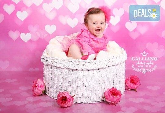 Професионална фотосесия за бебета в студио с 35 обработени кадъра с красиви декори и аксесоари от GALLIANO PHOTHOGRAPHY! - Снимка 3