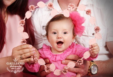 Професионална фотосесия за бебета в студио с 35 обработени кадъра с красиви декори и аксесоари от GALLIANO PHOTHOGRAPHY! - Снимка
