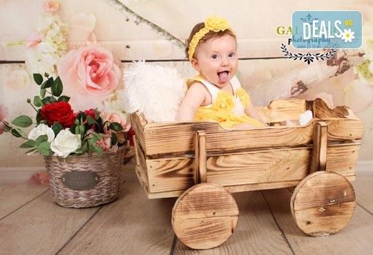 Професионална фотосесия за бебета в студио с 35 обработени кадъра с красиви декори и аксесоари от GALLIANO PHOTHOGRAPHY! - Снимка 17