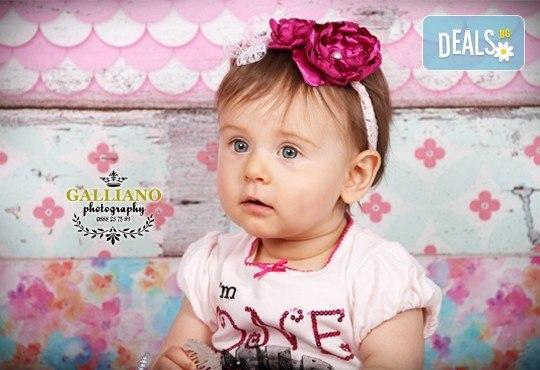 Професионална фотосесия за бебета в студио с 35 обработени кадъра с красиви декори и аксесоари от GALLIANO PHOTHOGRAPHY! - Снимка 15