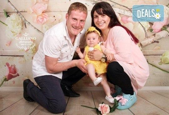 Професионална фотосесия за бебета в студио с 35 обработени кадъра с красиви декори и аксесоари от GALLIANO PHOTHOGRAPHY! - Снимка 16