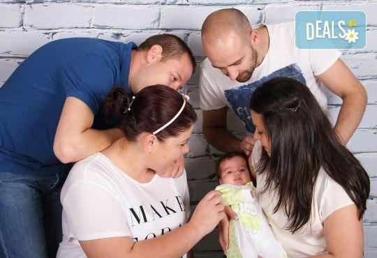 Професионална фотосесия за бебета в студио с 35 обработени кадъра с красиви декори и аксесоари от GALLIANO PHOTHOGRAPHY! - Снимка 12