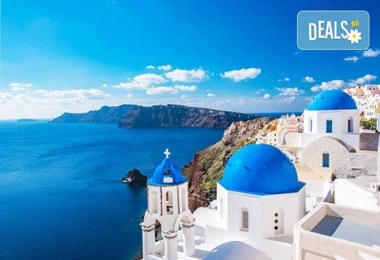 Почивка през септември на остров Санторини - скъпоценният камък на Егейско море! 6 нощувки със закуски, посещение на Атина и транспорт от България Травъл! - Снимка 1