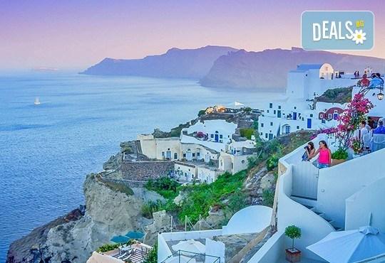 Романтична приказка на остров Санторини, Гърция! 4 нощувки със закуски, транспорт, фериботни билети и такси и посещение на Атина - Снимка 3