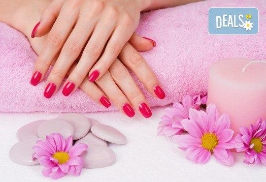 Цвят и дълготрайност! Маникюр с гел лак, сваляне на стар гел лак и терапевтичен масаж на ръцете в салон Bellisima! - Снимка 1