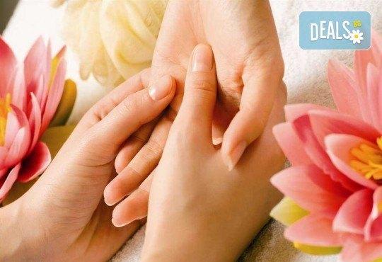 Мека и подхранена кожа с парафинова терапия за ръце в салон за красота Виктория - Снимка 2