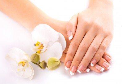 Мека и подхранена кожа с парафинова терапия за ръце в салон за красота Виктория - Снимка