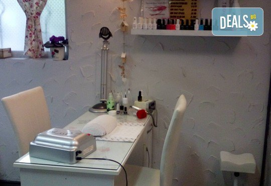 Подстригване с техника чрез увиване без скъсяване на дължината на косата, масажно измиване, маска и прическа в студио за красота LD - Снимка 8