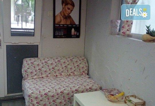 Терапия за коса с макадамия, подстригване, масажно измиване, маска с макадамия и оформяне на ежедневна прическа в студио LD - Снимка 5