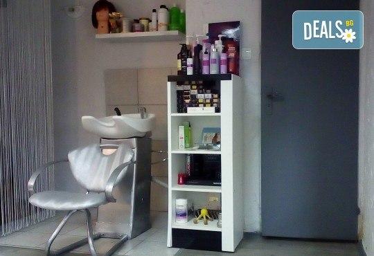 Само за мъже! Терапия против косопад, пърхот или подхранваща, маска, подстригване и стилизиране с професионални италиански продукти в студио за красота LD - Снимка 7