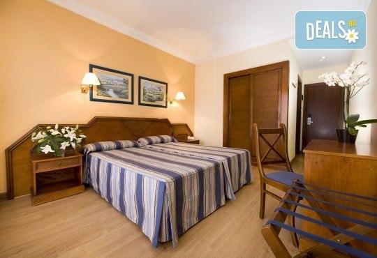 Почивка през септември в Коста дел Сол, Испания: 7 нощувки със закуски, обеди и вечери в Hotel Monarque Fuengirola Park 4*, самолетен билет, летищни такси и трансфер! - Снимка 2