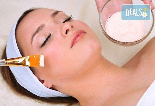 Чиста, здрава и сияйна кожа с почистване на лице с маска в новия салон за красота Венера, бул. Сливница - Снимка 2