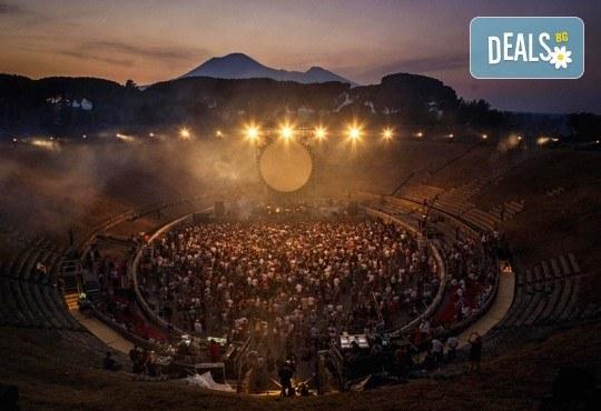 Само в Кино Арена, само през септември! Прожекция на концерта David Gilmour Live At Pompeii на 13 и 16 септември от 20ч., в Кино Арена в София! - Снимка 4