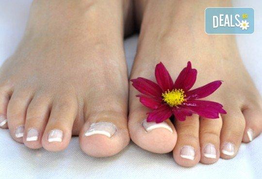 Покажете красиво оформен педикюр с гел лак или изберете лечебен педикюр във фризьоро-козметичен салон Вили - Снимка 2