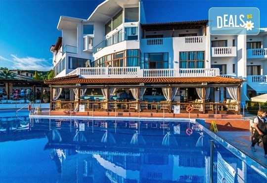 Септемврийски празници в Уранополис, Халкидики! 3 нощувки със закуски и вечери в Akti Ouranoupoli Beach Resort 4* и транспорт - Снимка 1