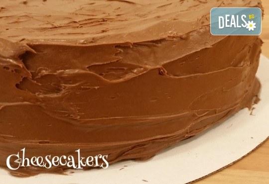 Двоен брауни чийзкейк с шоколад - цели 3 килограма, 16 парчета - най-голямото сладко изкушение на сладкарница Cheesecakers! - Снимка 2