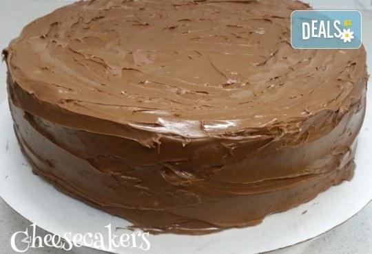 Двоен брауни чийзкейк с шоколад - цели 3 килограма, 16 парчета - най-голямото сладко изкушение на сладкарница Cheesecakers! - Снимка 3