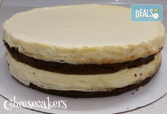 Двоен брауни чийзкейк с шоколад - цели 3 килограма, 16 парчета - най-голямото сладко изкушение на сладкарница Cheesecakers! - Снимка 5