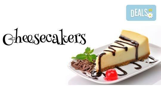 Двоен брауни чийзкейк с шоколад - цели 3 килограма, 16 парчета - най-голямото сладко изкушение на сладкарница Cheesecakers! - Снимка 9